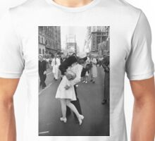 The kiss of sailor, Alfred Eisenstaedt, 1945, Unisex T-Shirt