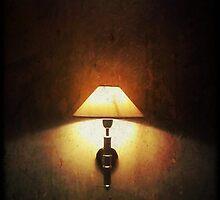 Une lumière dans la nuit. by LeDormeurDuVol