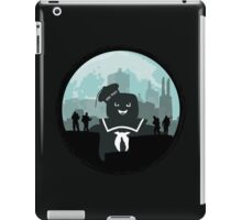 Ghostbusters versus the Stay Puft Marshmallow Man iPad Case/Skin