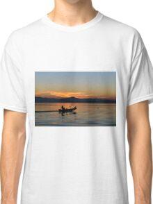 Fishermen homeward bound (diretto verso casa), San Feliciano, Lago Trasimeno, Umbria, Italy Classic T-Shirt