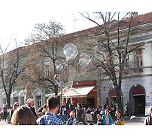 bubble maker entertaining kids on the street Photographic Print