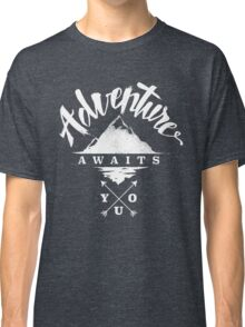 Adventure Awaits You - Cool Outdoor Shirt-Design Classic T-Shirt