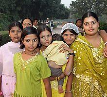 India - Qutb Minar - bold young women - 2008 by Ren Provo