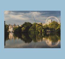 Sunlit Landmarks - St James's Park Lake Reflections in London UK Kids Tee
