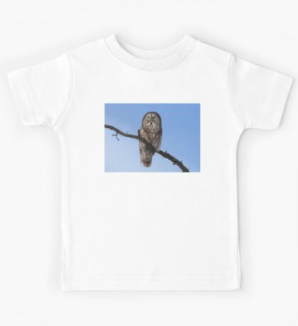 Great Grey owl sits in his perch Kids Tee