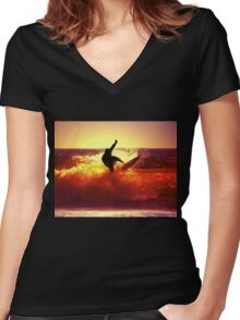 Catching Waves surf Women's Fitted V-Neck T-Shirt