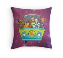 scooby on car Throw Pillow