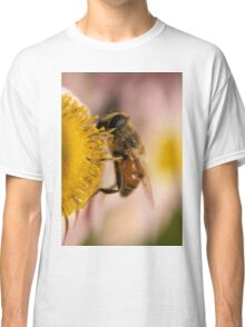 Bee on the flower - super macro Classic T-Shirt