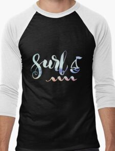 Surf lettering on a  defocus blurred summer background Men's Baseball ¾ T-Shirt