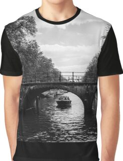 boat on the Keizersgracht passing under the bridge Graphic T-Shirt