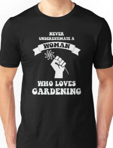 Never underestimate a woman who loves gardening Unisex T-Shirt