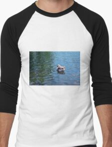 Swan in the water in the park. Men's Baseball ¾ T-Shirt