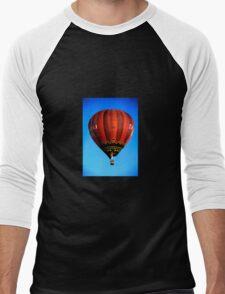 Red hot air balloon in flght on blue sky. Men's Baseball ¾ T-Shirt