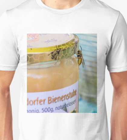 Wasp round a honeypot Unisex T-Shirt