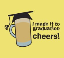 I MADE IT TO GRADUATION CHEERS! in a pint beer glass with mortar board hat T-Shirt