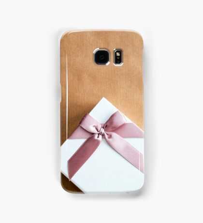 White Gift Box With Pink Bow on Brown Paper Samsung Galaxy Case/Skin