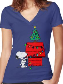 Snoopy Christmas Tree Women's Fitted V-Neck T-Shirt
