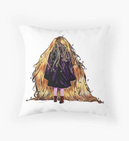 Faceless Girl au manteau et liseré noir Throw Pillow