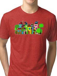 Stadt mit Haus und Baum Tri-blend T-Shirt