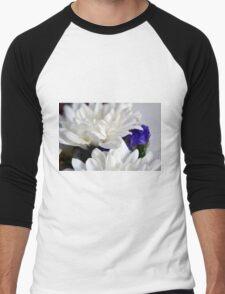 White flowers macro, natural background. Men's Baseball ¾ T-Shirt