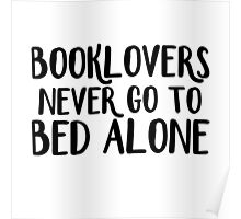 Booklovers never go to bed alone Poster
