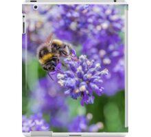 Eine Hummel trinkt Nektar iPad Case/Skin
