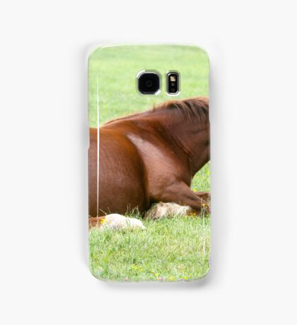 Horses grazing in a green meadow  Samsung Galaxy Case/Skin