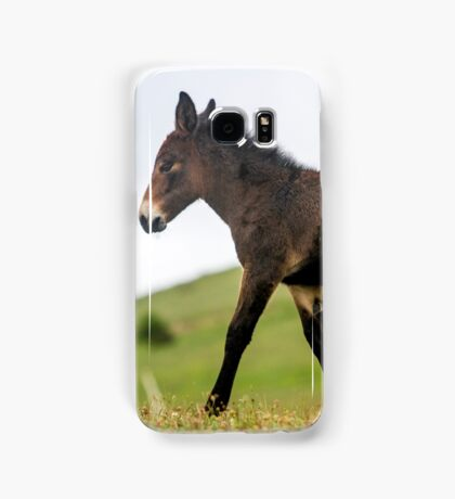 Foal grazes in a green meadow  Samsung Galaxy Case/Skin