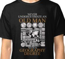 Never underestimate an old man GEOGRAPHY Classic T-Shirt