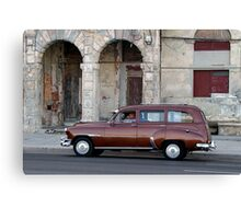 Old American car in La Habana, Cuba Canvas Print
