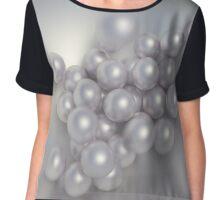 Perlen fallen in eine Schale Chiffon Top