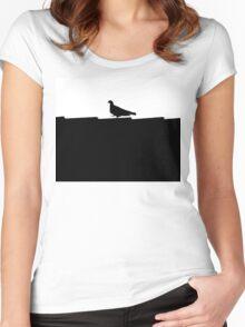 schwarz weiße Taube stolziert auf dem Dach im Scherenschnitt Stil Women's Fitted Scoop T-Shirt