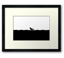 schwarz weiße Taube stolziert auf dem Dach im Scherenschnitt Stil Framed Print