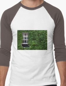 Window on leafy Cotswolds house facade, UK Men's Baseball ¾ T-Shirt