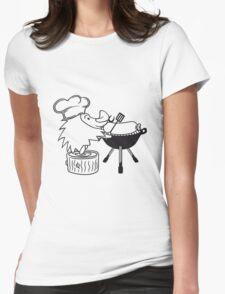süßer kleiner niedlicher igel grillt essen koch kochmütze bbq lecker grillen kochen chef wurst würstchen  Womens Fitted T-Shirt