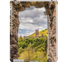 Blick durch Fenster auf eine andere Burg iPad Case/Skin