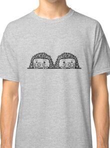 brüder team 2 freunde baby comic cartoon süßer kleiner niedlicher igel verstecken schild gucken mauer rand  Classic T-Shirt