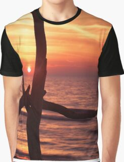 Colorful red sunset behind driftwood sculpture art photo print Graphic T-Shirt