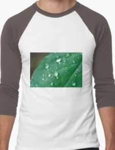 water droplets on a leaf in spring  Men's Baseball ¾ T-Shirt