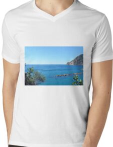 The sea and rocks in Vernazza Mens V-Neck T-Shirt