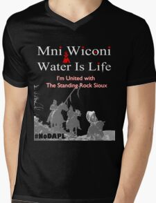 Mni Wiconi - Water is Life - I'm united with the Standing Rock Sioux. Mens V-Neck T-Shirt