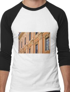 Classical building facade with decorative elements Men's Baseball ¾ T-Shirt