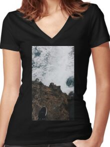 Waves and Rocks Women's Fitted V-Neck T-Shirt