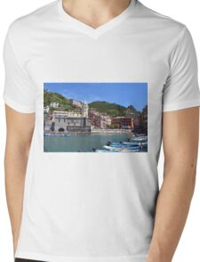 Boats on the coast of Vernazza, Vulnetia, a small town in province of La Spezia, Liguria, Italy. It is one of the lands of Cinque Terre, UNESCO World Heritage Sit Mens V-Neck T-Shirt