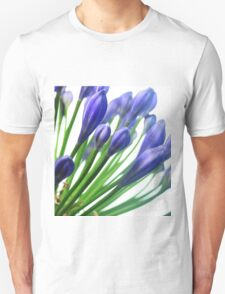 blaue Blüte ganz nah Unisex T-Shirt