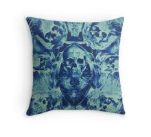 Blaue Totenköpfe (Abstarke Surreale Blue Geister Stunde) Throw Pillow