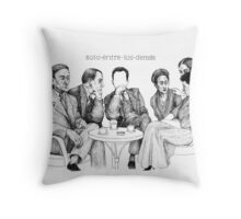 Solo entre los demás Throw Pillow