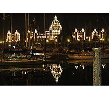 Nächtliche Spiegelung des Regierungsgebäudes von Victoria auf Vancouver Island Photographic Print