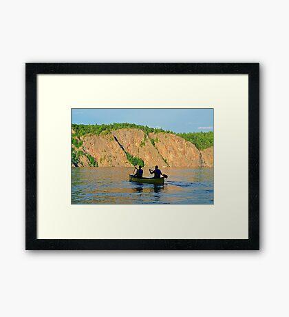 Im Kanu dem Sonnenuntergang entgegen Framed Print
