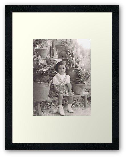 una bambina...in mezzo ai vasi di fiori .....Italy... 4300 VISUALIZZAZ.AGOSTO 2014 - &&&& VETRINA RB EXPLORE 12 SETTEMBRE 2012 !!!! by Guendalyn